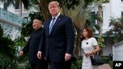 2019年2月28日特朗普和朝鲜领导人金正恩在河内索菲特大都市饭店散步。