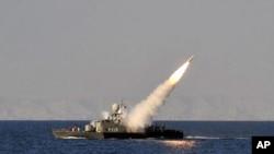이란 해군 함선이 오만의 바다에서 군사훈련 도중 미사일을 발사하고있다.