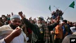 وزیرِ قانون زاہد حامد کے استعفے کی خبر ملنے پر فیض آباد کے دھرنے میں مٹھائیاں تقسیم کی گئیں