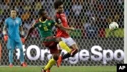 Le Camerounais Sebastien Siani contre l'Égyptien Amr Warda lors de la finale de la CAN 2017, au stade de l'Amitié, à Libreville, le 5 février 2017.