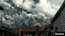 Oblak vulkanskog pepela izbija iz planine Sinabung šireći se satima po gradu Karo, Severna Sumatra, Indonezija, 9. juna 2019.
