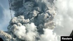 Sinabung Yanardağı 7 km yükseğe kadar kül püskürtmeye başladı.