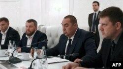 (Từ trái sang) Đại diện của nước Cộng hòa Nhân dân Donetsk tự xưng: Thủ tướng Alexander Zakharchenko, Phó Thủ tướng Andrei Purgin; thủ lĩnh nhóm nổi dậy của nước Cộng hòa Nhân dân Luhansk Igor Plotnitsky, và chủ tịch Hội đồng Tối cao Cộng hòa Nhân dân Luhansk Igor Plotnitsky tại vòng đàm phán mới tại Minsk, Belarus, 19/9/2014.