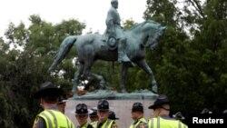 កងកម្លាំងសន្តិសុខរបស់រដ្ឋVirginia ឈរនៅពីក្រោមរូបសំណាករបស់លោក Robert E. Lee មុនពេលមានការប្រមូលផ្តុំរបស់អ្នកជាតិនិយមស្បែកសនៅក្នុងក្រុង Charlottesville រដ្ឋ Virginia សហរដ្ឋអាមេរិក កាលពីថ្ងៃទី១២ ខែសីហា ឆ្នាំ២០១៧។