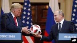 도널드 트럼프 미국 대통령과 블라디미르 푸틴 러시아 대통령의 정상회담이 16일 핀란드 헬싱키에서 열렸다. 푸틴 대통령이 최근 러시아에서 열린 2018 피파 월드컵 공인구를 트럼프 대통령에게 선물하고 있다.