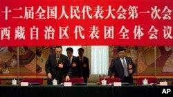 西藏自治区人大主任白玛赤林(右)和西藏自治区主席向巴平措(左)进入北京人民大会堂内人大会议西藏自治区代表团的讨论会场。