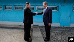 Lãnh tụ Bắc Hàn Kim Jong Un bắt tay Tổng thống Hàn Quốc Moon Jae-in qua lằn ranh quân sự trên biên giới, trước khi lần đầu đặt chân tới miền nam hôm 27/4.