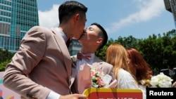 Гей-молодожены обмениваются поцелуями во время свадебного праздника после регистрации брака, Тайбэй, Тайвань, 24 мая 2019 года