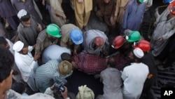 Pekerja tambang Pakistan membawa jenazah rekannya dari tambang batu bara di Dasht, 35 kilometer (22 mil) utara Quetta, Pakistan pada hari Kamis, 13 Oktober 2011, sebagai ilustrasi. (Foto: AP)