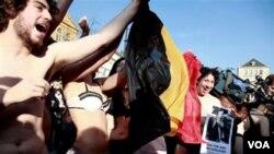 Warga di kota Ghent, Belgia melakukan protes kepada para politisi dengan bertelanjang dan hanya mengenakan pakaian dalam, Kamis (17/2).