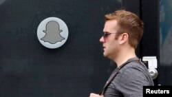 Un homme passant devant le siège de Snapchat dans le quartier de Venice situé dans l'ouest de la ville de Los Angeles, en Californie, 13 octobre 2014