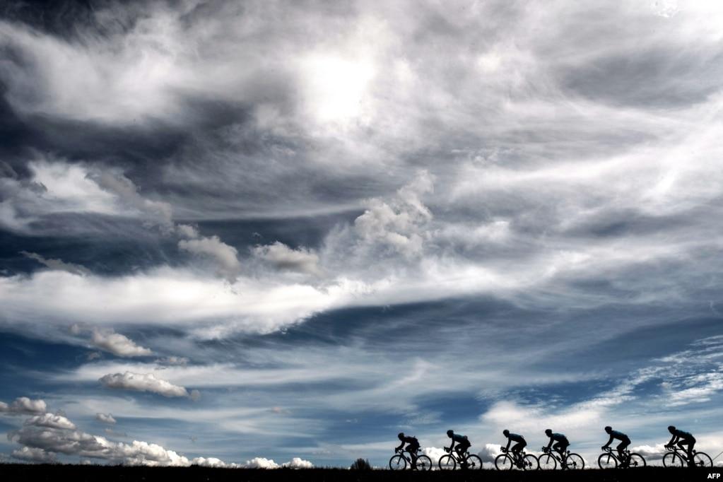 프랑스 살롱드프로방스와 시스테롱 사이에서 열린 '제76회 파리-니스 자전거 경주' 5구간 경기에서 선수들이 역주하고 있다.