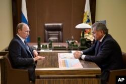 ປະທານາທິບໍດີ ຣັດເຊຍ ທ່ານ Vladimir Putin, (ຊ້າຍ) ພວມຟັງ ລັດຖະມົນຕີປ້ອງກັນປະເທດ ທ່ານ Sergei Shoigu ໃນລະຫວ່າງການພົບປະກັນ ຢູ່ທີ່ບ້ານພັກ Bocharov Ruchei ໃນຣີສອດ Black Sea ຂອງນະຄອນ Sochi, ປະເທດຣັດເຊຍ, ວັນທີ 7 ຕຸລາ 2015.