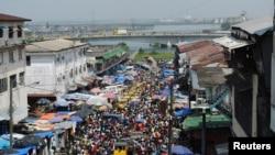 利比里亞受伊波拉影響,聖誕節期間仍有大批人群到市集購物。