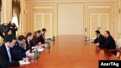 ABŞ müdafiə nazirinin müşaviri Ketlin Hiks prezident İlham Əliyevlə danışıq aparır