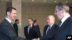 روسی وزیر خارجہ سرگئی لاروف (دائیں) اور شام کے صدر بشارالاسد