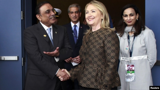 U.S. Secretary of State Hillary Clinton (center R) shakes hands with Pakistan's President Asif Ali Zardari before a bi-lateral meeting at the NATO summit in Chicago May 20, 2012.