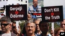 大约200名土耳其记者游行到叙利亚驻安卡拉使馆要求叙利亚当局释放他们的同事