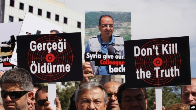 Turkish journalists demand Syria free their colleagues during a march to the Syrian Embassy in Ankara, Aug. 31, 2012.