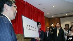台灣陸委會主委賴幸媛卸下舊招牌, 左為中華旅行社總經理楊家駿