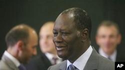 Rais wa Ivory Coast, Alassane Ouattara, akiwa na ujumbe wa tume ya ulaya kwenye hoteli ya Golf huko Abidjan, May 6, 2011