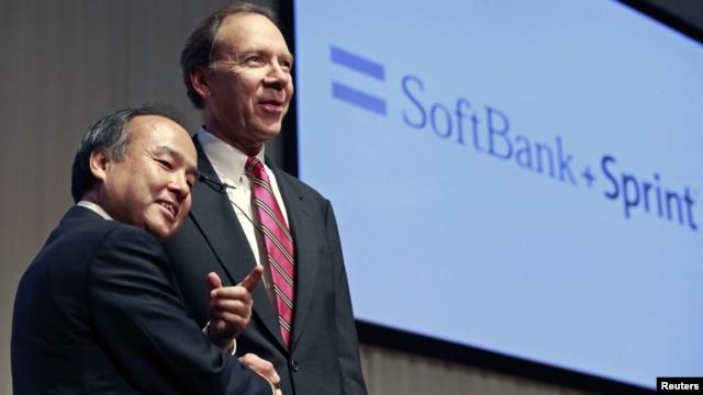 Presiden Softbank Corp Masayoshi Son (kiri) berjabat tangan dengan Dan Hesse, CEO Sprint Nextel Corporation di Tokyo, Jepang (15/10).