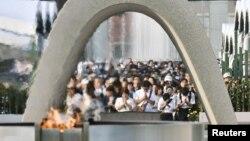 Warga berdoa bagi para korban pemboman Hirsohima di Taman Perdamaian Hiroshima hari Sabtu (6/8).