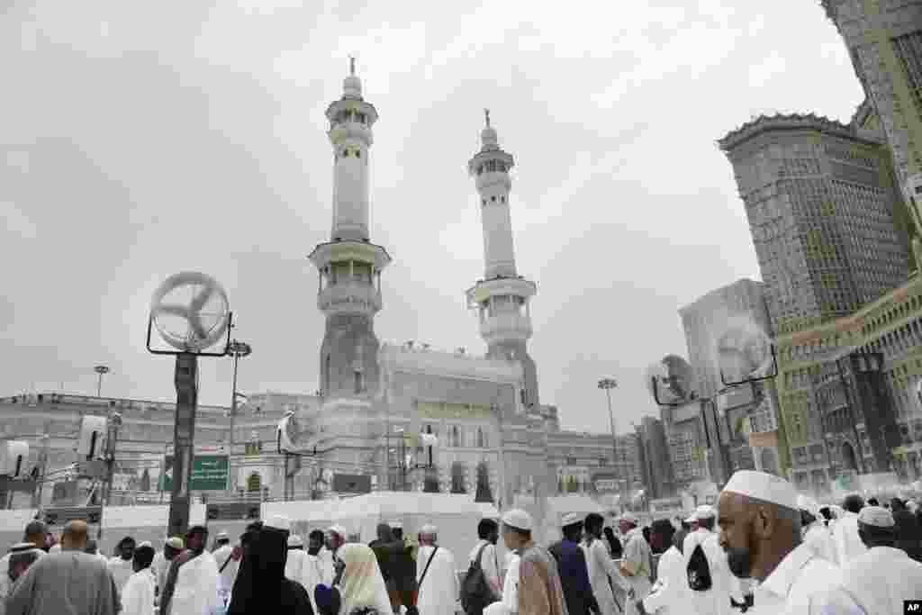 سعودی عرب میں نماز عید کے بڑے اجتماعات مکہ میں خانہ کعبہ اور مدینہ میں مسجد نبوی میں ہوئے۔