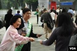 香港前政務司司長陳方安生,為民主派立法會補選港島區候選人區諾軒拉票。(美國之音湯惠芸攝)