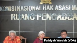 Komisioner Komnas HAM Roichatul Aswidah(tengah), pakar HAM Enny Soeprapto(kiri) dan Supriyadi Widodo Eddyono, Anggota Aliansi Nasional Reformasi KUHP (kanan) sedang memberikan keterangan kepada wartawan di kantor Komnas HAM, Rabu (14/6). (VOA/Fathiyah Wardah).