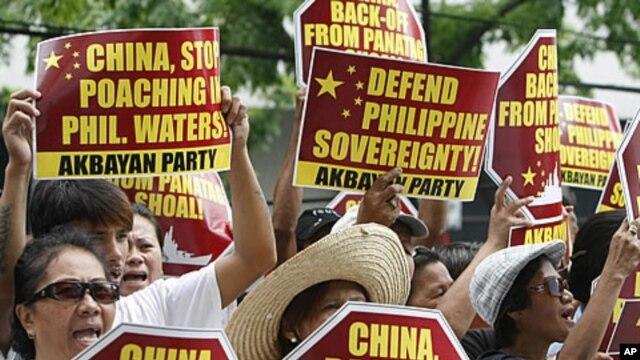 Dân Philippines biểu tình phản đối bên ngoài Lãnh sự quán Trung Quốc ở thành phố Makati, trung tâm tài chính của Philippines, nằm về hướng đông thủ đô Manila