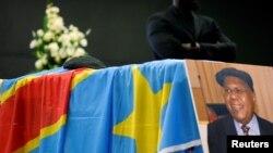 Un beret a été déposé sur le cercueil d'Etienne Tshisekedi lors d'une cérémonie à Bruxelles, en Belgique, le 5 février 2017.