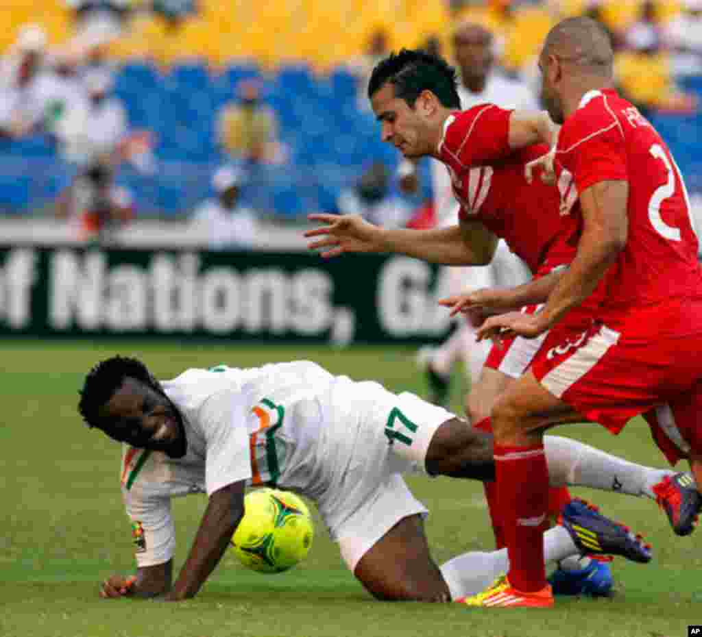 Niger's Tonji is challenged by Tunisia's players during their African Cup of Nations soccer match in Libreville