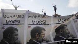 Partidarios del depuesto ex presidente Mohamed Morsi proetstan en Alejandría.