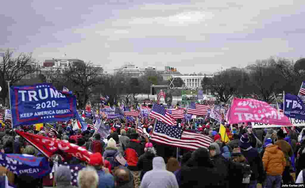 Apoiantes do Presidente Donald Trump marcham na capital, contra a confirmação dos votos do colégio eleitoral a ter lugar no capitólio, em Washington DC, 6 de Janeiro 2021