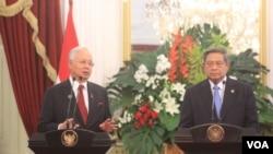Presiden Susilo Bambang Yudhoyono memberi keterangan pers bersama Perdana Menteri Malaysia Najib Razak usai Pertemuan Konsultasi Tahunan ke-10 Indonesia-Malaysia di Istana Merdeka Jakarta (19/12). (VOA/Andylala Waluyo)