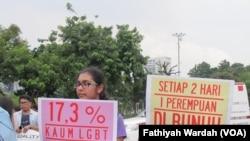 Ratusan perempuan menggelar aksi Women's March di depan Istana Negara, Jakarta, Sabtu (4/3). (VOA/Fathiyah Wardah)