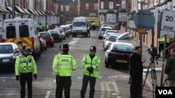La policía británica minutos después de arrestar a un sospechoso de terrorismo en Birmingham.