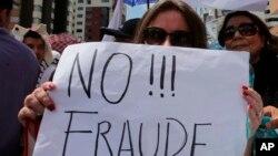 """""""No al Fraude"""". Durante una protesta ante el Consejo Nacional Electoral de Ecuador para exigir los resultados oficiales de las elecciones presidenciales en Quito, Ecuador, el lunes 20 de febrero de 2017."""
