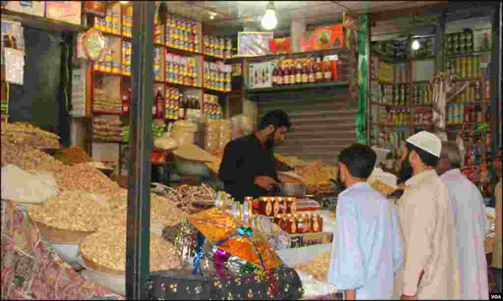 دکان پر خریدار خشک میوہ جات خریدتے ہوئے