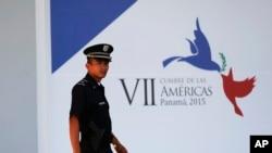 یکی از نگهبانان حاضر در محل برگزاری نشست سران کشورهای قاره آمریکا در پاناماسیتی، پایتخت پاناما