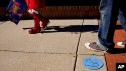 지난해 10월 미국 캔자스주 오버랜드파크 핼러윈 행사 참가자들이 사회적 거리두기 표시를 지나고 있다.
