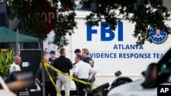 총기 난사 사건이 발생한 미국 플로리다주 올랜도의 나이트클럽 앞에 15일 미 연방수사국 FBI가 사건현장을 수색하고 있다.