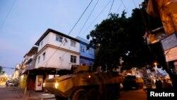 Xe bọc thép Brazil của quân độ Brazil tuần tra khu ổ chuột Mare ở Rio de Janeiro, ngày 30/3/2014.