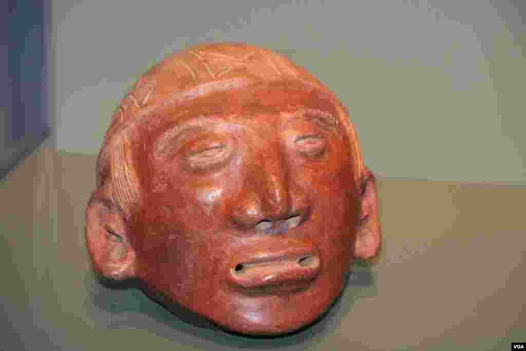 Escultura de cabeza como trofeo del Centro Caribe/Línea diversorio Costarricense Atlántico, 500-1000 dC. Rio Turrialba, Provincia de Limón, Costa Rica. Cerámica, engobe. Regalo de Patti McClain, 1968.