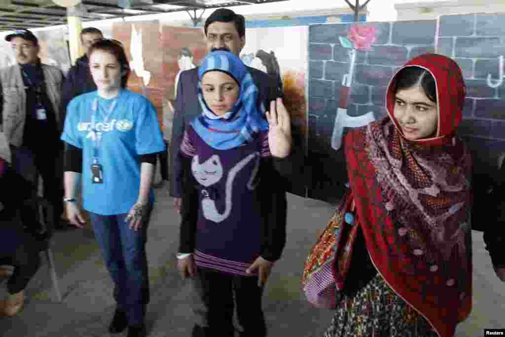 ملالہ یوسفزئی نے اردن میں پناہ گزینوں کے ایک کیمپ کا دورہ کیا اور بے دخل خاندانوں سے ملاقات کی۔