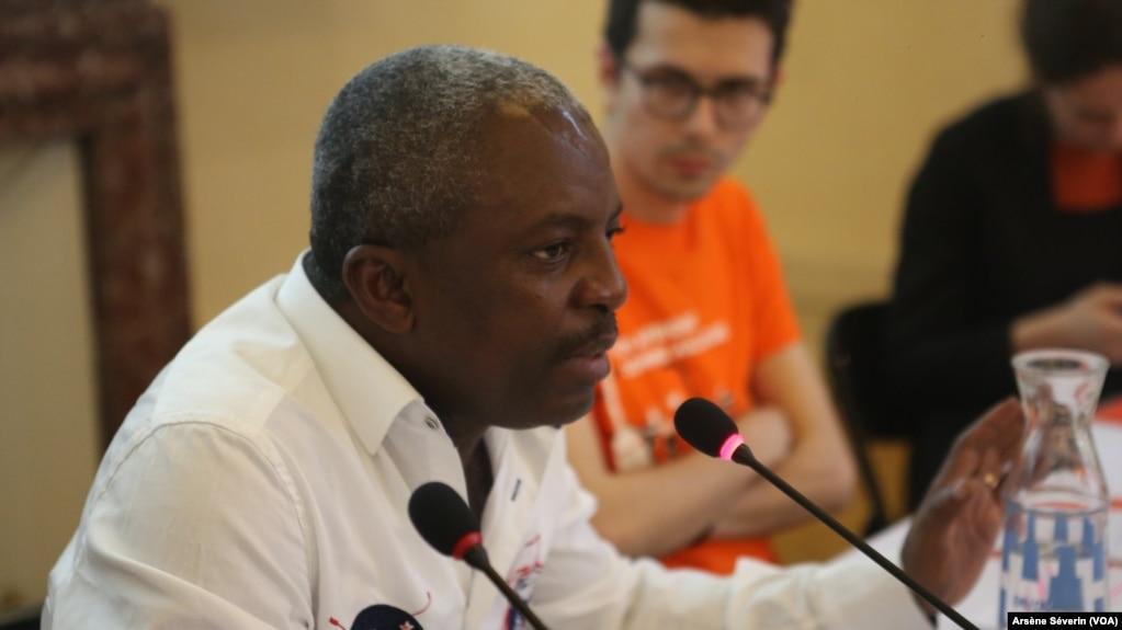 L'activiste Brice Makosso plaide pour l'amélioration des conditions des populations riveraines du terminal de Djeno, le 5 novembre 2020/ (VOA/Arsène Séverin)