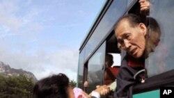 상봉후 작별을 슬퍼하는 남북의 가족들 (자료사진)