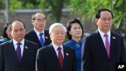 Tổng Bí Thư Nguyễn Phú Trọng (giữa).