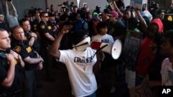 지난 23일 미국 클리블랜드에서 비무장 상태의 시민 2명이 경찰이 쏜 총에 맞아 숨진 사건이 발생하자 성난 시민들이 항의시위를 벌이고 있다.